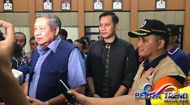 SBY dan Keluarga Membantu Korban Bencana di Pacitan