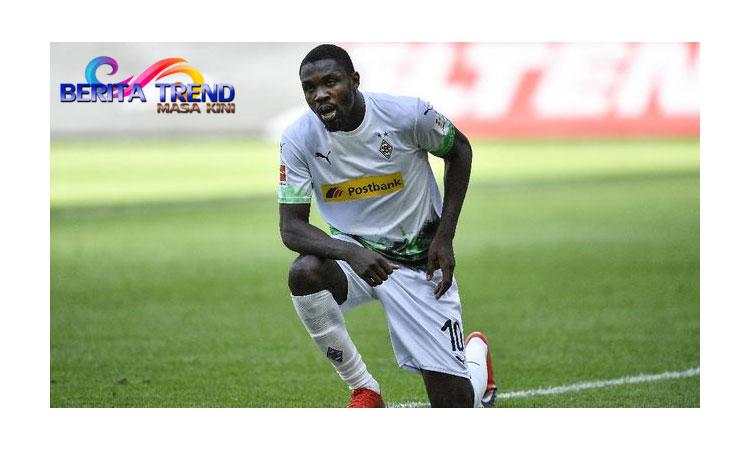 Penyerang Borussia Monchengladbach, Marcus Thuramdijatuhi sanksi larangan tampil sebanyak enam laga dantidak digaji satu bulan usai meludahi wajah pemain lawan.